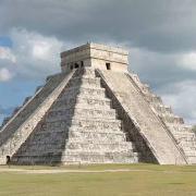 """El Castillo, pyramide de Kukulkan, Chichen Itza http://www.crystalinks.com/pyramidmesoamerica.html Temple du  Jaguar, Tikal http://www.crystalinks.com/pyramidmesoamerica.html La date de fin du compte long maya D'un point de vue purement archéologique, le compte long maya prend fin le 21 décembre 2012 (en fait entre le 21 et le 23 décembre 2012 selon les différentes estimations qui ont été faites concernant la date de commencement du compte long). A la lumière de certaines observations archéologiques et de l'étude de la logique du calendrier maya, Carl Calleman a remis cette date en question. Ses arguments sont exposés dans l'article The question of the Mayan calendar end date (version française). Dès lors, et selon ses conclusions, un autre date se fait jour : le compte long s'achèverait le 28 octobre 2011, ce qui est tout à fait compatible avec les sources mayas actuelles pour qui la fin du compte long se situerait entre """"maintenant et 2015"""".     En jaune apparaît la date TZOLK'IN : 4-AHAU  La zone verte contient les """"suppléments de date"""" (seigneur de la nuit et calendrier lunaire).   La date du HAAB apparaît en rose. (ici le 8 KUMK'U, donc la date de début du Compte Long).  Enfin la zone ocre contient l'événement relier à cette date : """"apparaîtra l'image de"""" (ou """"sera mis en ordre"""") """"toutes les années écoulées"""". Merci à Mark Van Stone pour les précisions apportées.    Les 9 Ondes d'évolution  de la Conscience la théorie de Carl Calleman L'INTERPRETATION MODERNE - CARL CALLEMAN INTRODUCTION - ELEMENTS ARCHEOLOGIQUES - LES ONDES D'EVOLUTION DE LA CONSCIENCE - L'ARBRE DE VIE - LA NEUVIEME ONDE  L'ACCELERATION DU TEMPS - CALENDRIERS DES ONDES - SITES ET BLOGS - IAN LUNGOLD CONFERENCES : AIX EN PROVENCE (SEPT 2010) - PARIS  (MAI 2011)       INTERVIEWS : SEATTLE (JUIN 2011) - PARIS (AOUT 2011)"""